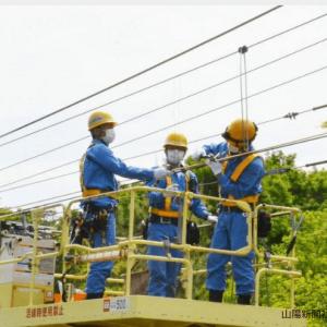 山陽新聞に掲載された協同電工が施工しているトロリ線割入れ作業風景